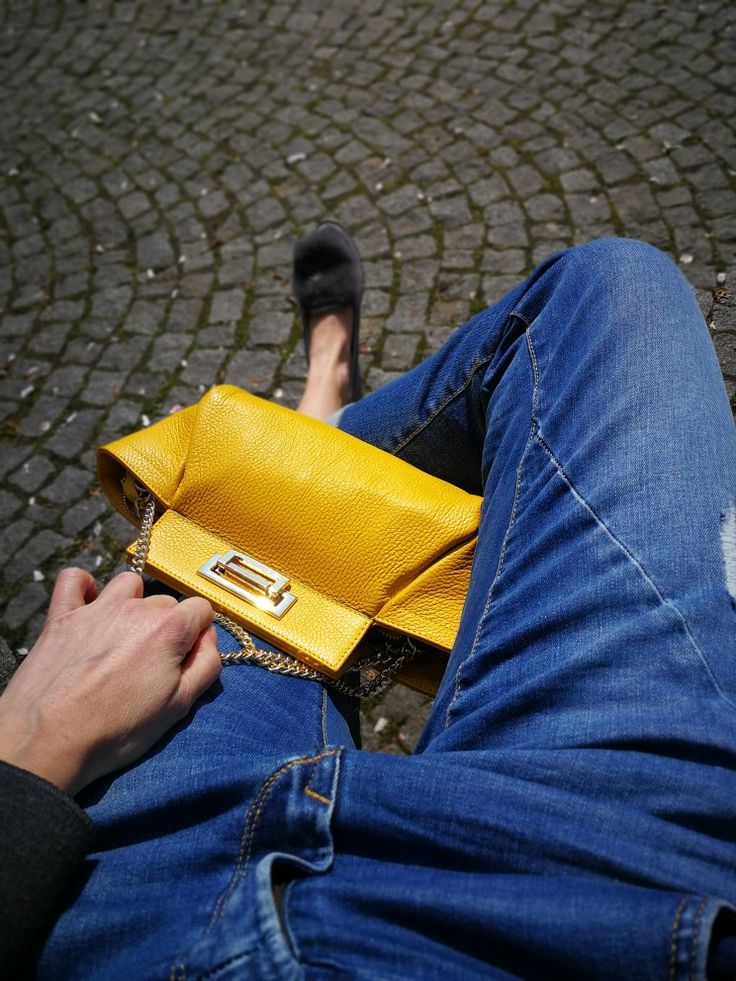 Yellow hanbdbag with boyfriend jeans, perfect spring combo with fur loafers