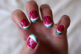 Meloen nagels: Breng eerst de basecoat aan. daarna breng je een laagje nagellak aan in de kleur van watermeloen. ik gebruik een mooie roze, bijna oranjeachtigekleur. Laat de lak drogen en gebruik erna witte nagellak om een wit randje te maken. Als het randje is opgedroogd, lak je er een dun groen randje bovenop. Met een speciale nailartpen kun jemet zwarte nagellak dunne streepjes zetten: de pittjes,  doe ter bescherming een topcoat er over heen.