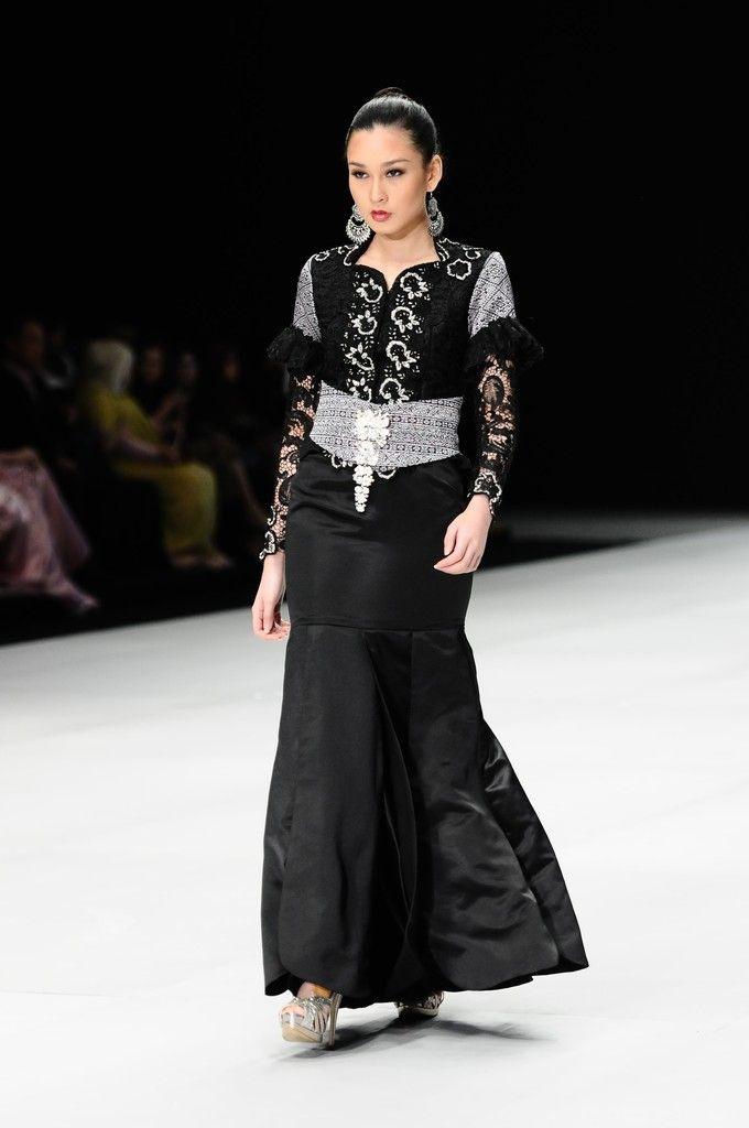 http://www.zimbio.com/pictures/XekggnDd7rY/Indonesia Fashion Week 2014/E8Cz3hvwEmI