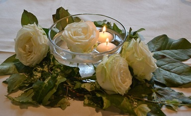 Rose e candele per un romantico centrotavola