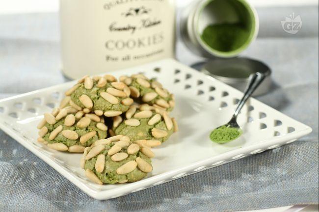"""Questi biscotti, chiamati dall'autrice """"dei due orologi"""", sono molto semplici e veloci da preparare; si realizzano con il tè Matcha, che conferisce loro un bel colore verde brillante."""