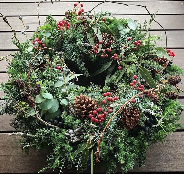 Weihnachtskranz aus natürlichen Materialien