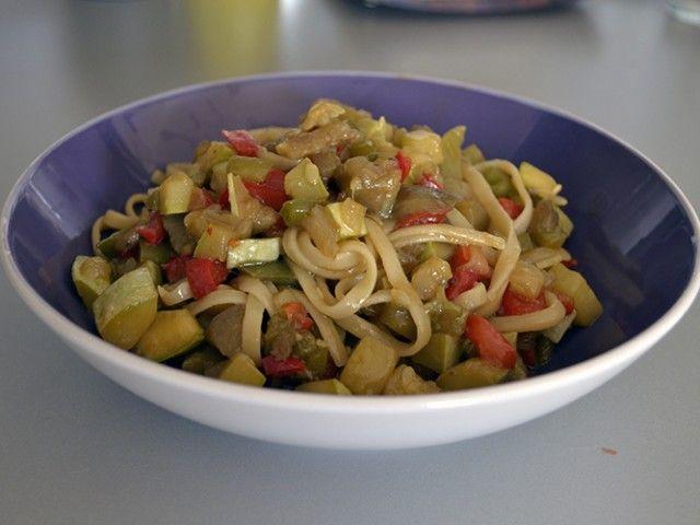 Tallarines con verduras al wok y salsa de soja, un sabroso plato de pasta