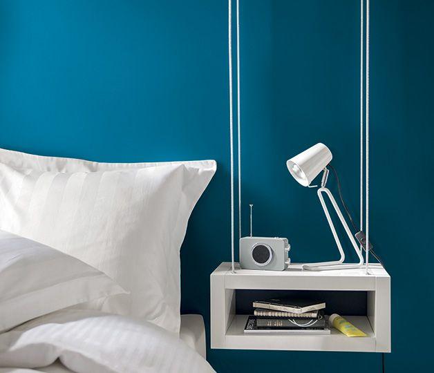 <span>Ce rêve bleu</span><br/>Une tonalité riche et un brin mystérieuse, facile à adopter pour les murs de la chambre. Couleur du ciel et de l'infini, le bleu encourage l'esprit à s'abandonner à la rêverie… http://www.castorama.fr/store/pages/zoom-sur-colours-collection-bleu-prusse.html