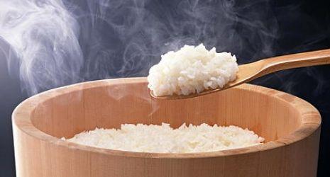 Video 4 minutos para preparar un arroz de sushi auténtico #gastronomía http://blgs.co/nm45zC