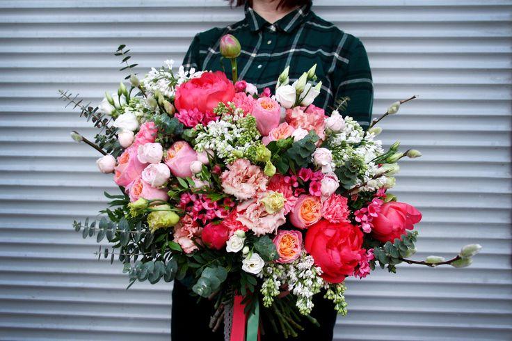Пятница должна начинаться именно так!  💣БОМБИЧЕСКИЙ букет кораллового цвета из невероятного количества крутых цветов!!!    Коралловые пионы, пионовидная роза, сирень, бовардия, лизиантус, верба, сортовая гвоздика, эвкалипт, несколько метров атласных и кружевных лент) - 7500 руб!    Чтобы оформить заказ, смело звоните по тел.: 8 (812) 903-70-06 или пишите   Для тех, кто любит общаться в WhatsApp или Viber, ищите нас по номеру: 8 (921) 903-70-06