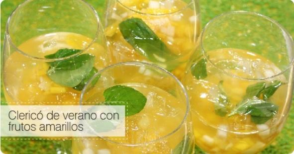 Vino blanco, frutas picadas, hojitas de menta, hielo y jugo de limón