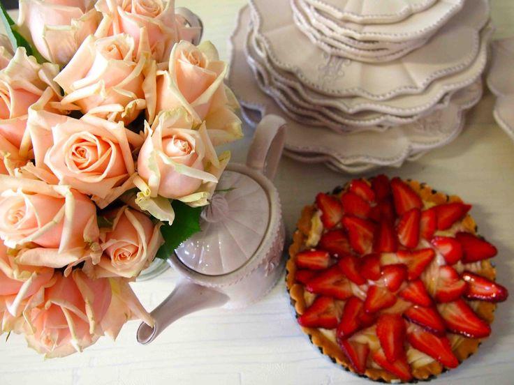 Wiosenny stół wielkanocny - tarta z truskawkami przełamuje monochromatyczność poprzedniej kompozycji i kieruje myśli ku lecie, dzięki temu cała aranżacja nabiera ciepła i uroku