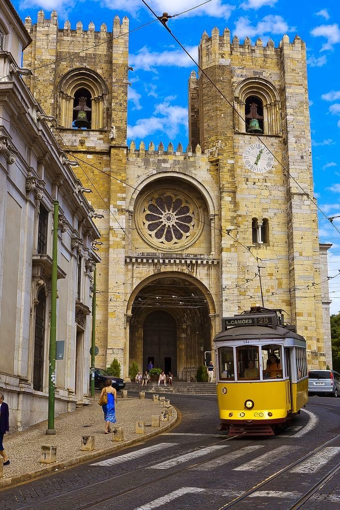 As you can see by the image, the tram passes by one of the most well known monuments of Lisbon, the Sé de Lisboa