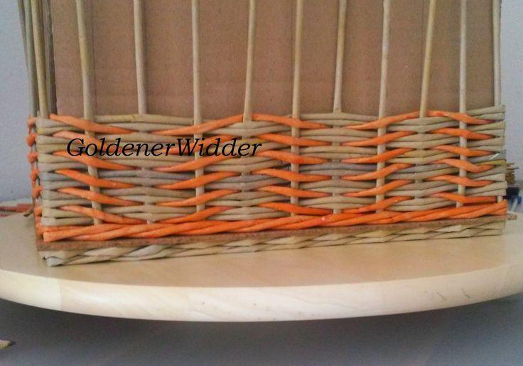 Плетение из газетных трубочек: Ситцевое плетение с накидом, чётное количество стоечек. Прямоугольная форма. Ручка из двух стоек. Фанера.