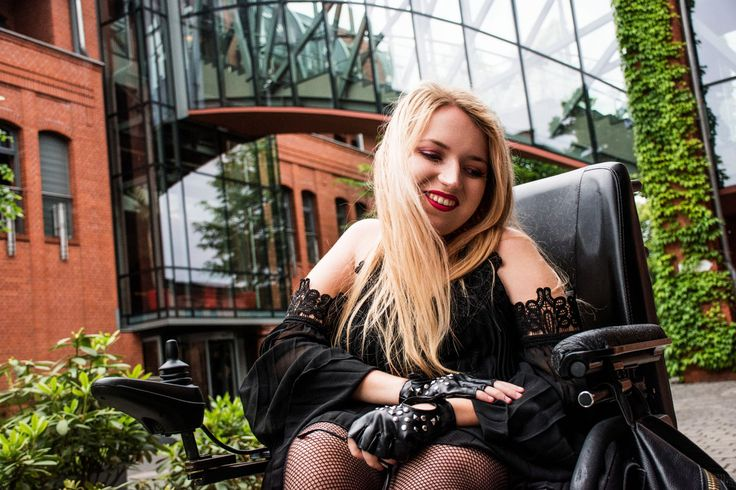 http://www.vamppiv.pl/2017/06/czarna-plisowana-sukienka-i-rockowe.html    Sylwia Błach  #gothicstyle #gothicgirl #rockgirl #fashion #tumblrgirl #sexyblonde #wheelchairfashion