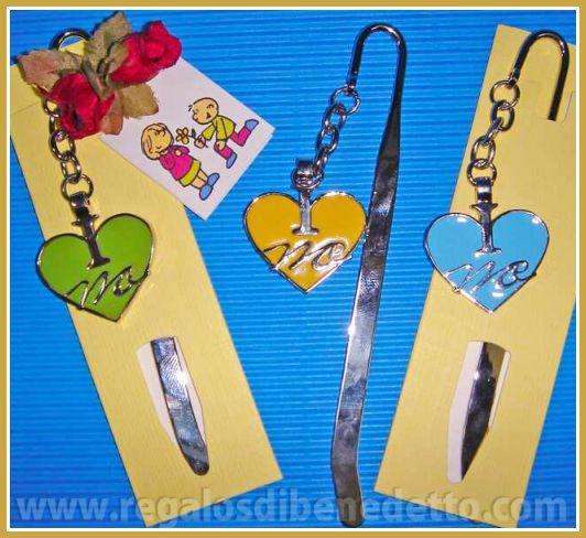 Punto de libro metálico con un corazón colgado de una cadena, colores variados. #Detalles #Bodas #Wedding #Details