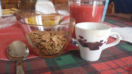 A colazione  mi è  venuta voglia  di prepararmi un frullato di fragole e latte di mandorla. Devo cambiare marca del latte, perché non sa di mandorla ...accompagnato tutto da 30 gr di cereali e caffè : 197 kcal.    xoxo Chiattoncina Golosa
