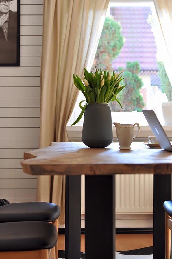 King table & beautiful tulips #tulips #flowers #wood #table