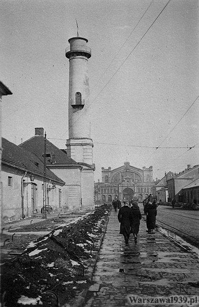 Po prawej widoczne dawne zabudowania koszar mirowskich.   Na wprost Hala Mirowska.