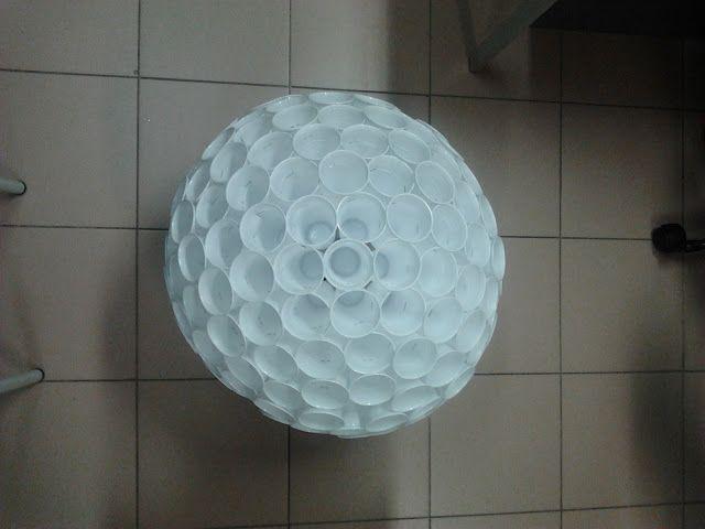 Ideias Giras: Bola natalícia com copos de plástico