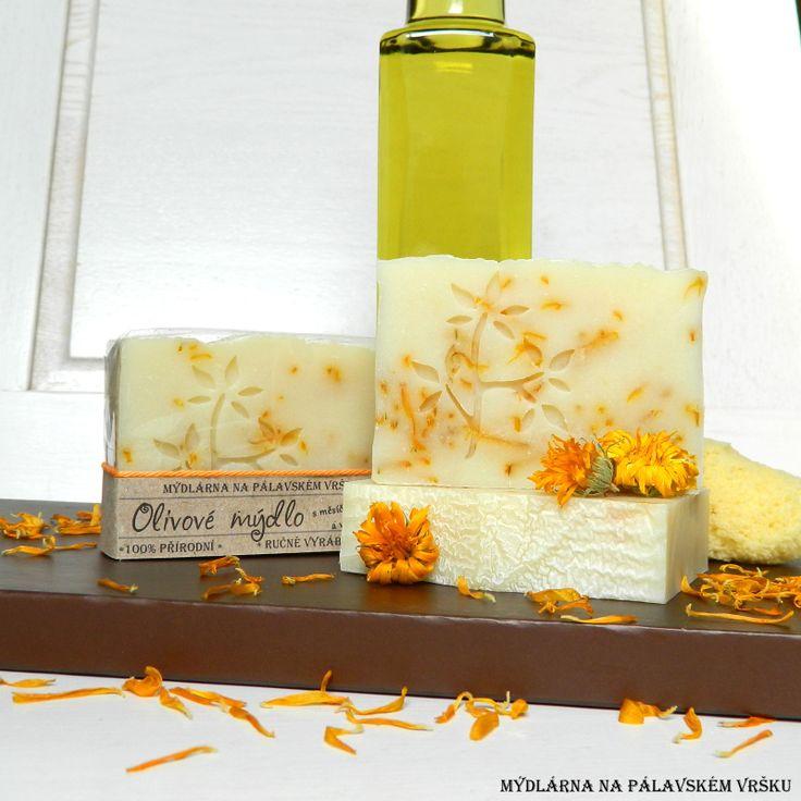 Soap Olivové mýdlo s měsíčkem lékařským a limetkou Řada olivových mýdel z naší nabídky obsahuje sicilský vysoce kvalitní bio extra panenský olivový olej, který přináší obzvláště suché pokožce příjemnou hydrataci . Pleť tak zůstává po použití mýdla jemná a vláčná. O léčebné účinky se postará měsíček lékařský vypěstovaný na naší ...