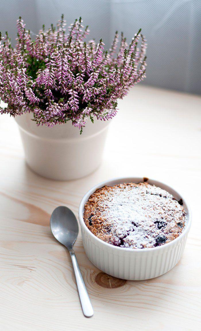 Od momentu gdy staliśmy się znowu szczęśliwymi posiadaczami kokilek- czyli małych, żaroodpornych naczynek do zapiekania- na naszym śniadaniowym stole zagościł dawny ulubieniec na chłodne poranki czyli pieczona owsianka- dzisiaj na blogu mam dla was przepis na takie śniadanie w 3 przepysznych wersjach! Pieczona owsianka to pyszne, zdrowe i pożywne śniadanie, które jest genialnym towarzystwem do …