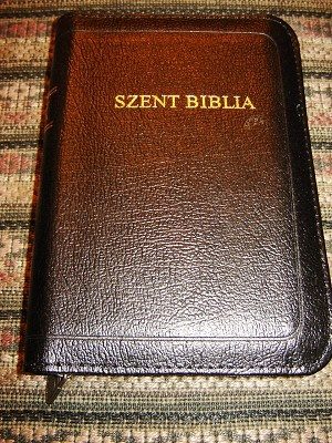 Szent Biblia / Hungarian Karoli Leather Bound Pocket Bible / Zsebmeretu Biblia Revidealt Karoli forditas / Borkotes Szent Iras / Bible Black leather with Zipper, Golden edges
