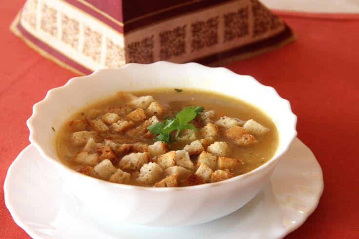 Zupa cebulowa z grzankami.