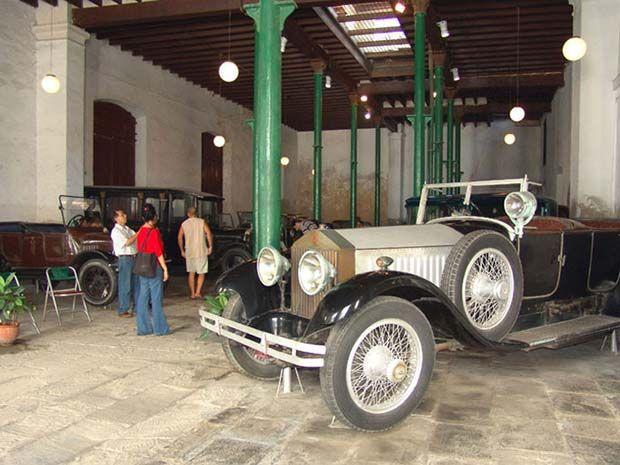 Situado en un edificio de estilo neoclásico construido en 1891, el Museo del Automóvil merece la pena ser visitado por las joyas que alberga. Destacan un emblemático Ford T de 1918, un Rolls-Royce Phantom de 1926, el Cadillac V16 que utilizaba Ernesto 'Che' Guevara cuando vivió en La Habana, el Fiat de 1930 de la poetisa Flor Loynaz o el Oldsmobile Nighty Eight de 1959 de Camilo Cienfuegos, jefe del Ejército Rebelde.