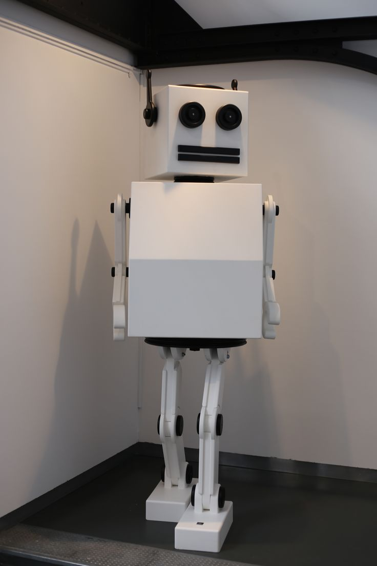 Ce Robot s'appelle 2.10 ! C'est la taille du Designer qui l'a créer ! Bras et jambes articulés...
