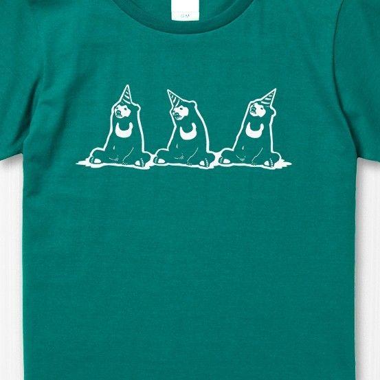 【ご注意:サイズ指定をお願いします】★サイズのご指定をいただかないと製作・発送ができません。★ご購入の際は必ず備考欄にご希望のサイズのご記入をお願いいたします。出番を待っている間、退屈しきってるマレー熊Tシャツです。サーカスのバックヤードはこんな感じなんでしょうか? 瞑想始めたのもいますね。後ろは疲れ切ったの? それとも反省? ひっくり返したバケツに座って何か考えてる熊2頭■カラー:アップルグリーン(濃い青緑) インク:白■素材:綿100% 5.6oz(柔らかい着心地の程よい厚みです)■サイズ・レディース (全て㎝。多少の誤差はございます)鎖骨が隠れる位の開きすぎない程よい襟ぐりと、少しゆとりのある着やすいシルエットです。【レディースM】 着丈62 身幅46 肩幅39 袖丈17 【レディースL】 着丈65 身幅49 肩幅42 袖丈18 (レディースXLと近いサイズはメンズM~Lとなります)・メンズ  襟の開き方は普通です。(若干大き目シルエットです)【メンズS】    着丈65 身幅49 肩幅42 袖丈19【メンズM】   着丈69 身幅52 肩幅46 袖丈20【メンズL】…