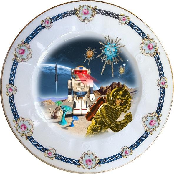 Plato antiguo de porcelana Checoslovaca 20cm Ø con bordes en oro y aplicación de nuestra imagen Robot Attack. Preferentemente para uso decorativo, no apto para lavavajillas y microondas.