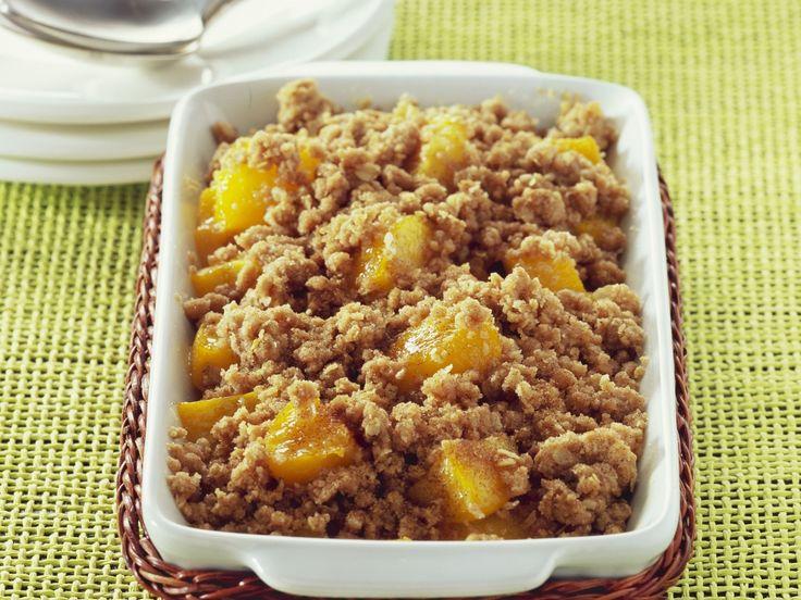 Gebackener Pfirsich mit Streuseln | Zeit: 10 Min. | http://eatsmarter.de/rezepte/gebackener-pfirsich-mit-streuseln