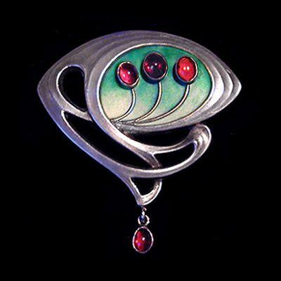 MEYLE & MAYER - A silver enamelled brooch set w/ garnets and w/ a garnet drop.  German c.1900. Mark for Meyle & Mayer and '900'. (Fitted case) H. 3.5 cm. W. 3.3 cm. Lit.: Jugendstil-Schmuck // Nouveau Jewellery from Pforzheim, Fritz Falk. 2009. Illustrated p. 265, MM20. < Archive Jewellery Jugendstil/Art Nouveau - 14 (hva)