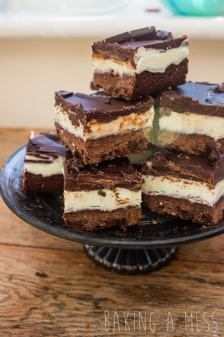 After Eights millionaires shortbread!! Chocolate shortbread base topped with mint fondant and dark chocolate, the perfect christmas traybake! | Baking a Mess
