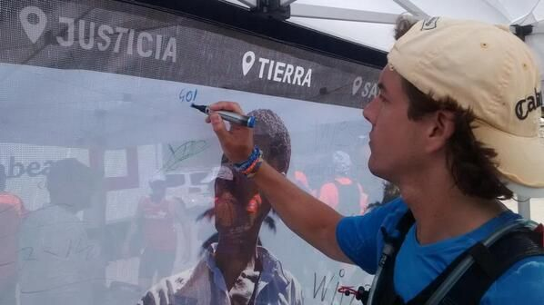 Firmando en la lona de cambio climatico en el puerto de Morcuera #OITW @OITrailwalker http://bit.ly/1setgQg