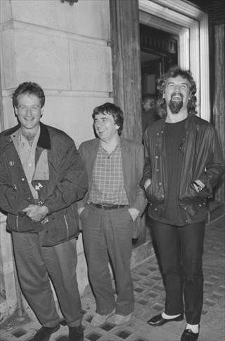 "Robin Williams (l.) outside Langan""s restaurant in London with English comedian Dudley Moore (1935 - 2002) and Scottish comic Billy Connolly (r.), circa 1985."
