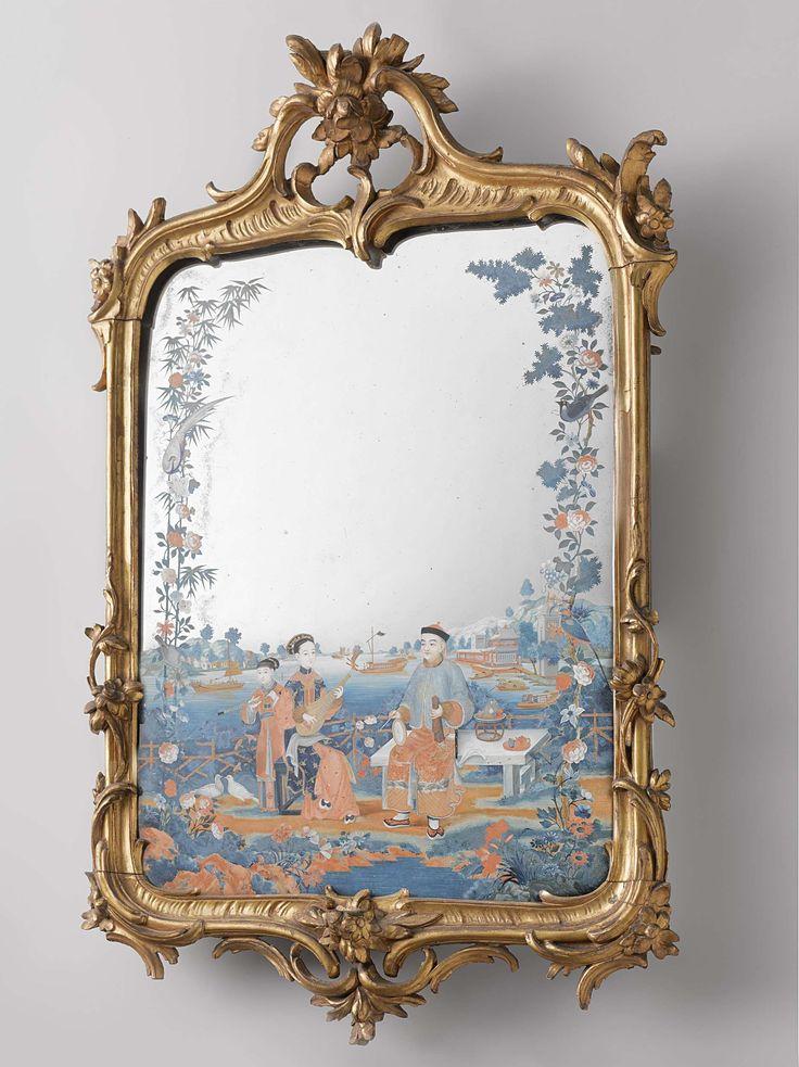 Anonymous | Two mirror sconces, Anonymous, c. 1755 - c. 1770 | Spiegel in lijst van verguld lindehout, welke met gesneden rocaille-motieven en C-voluten is versierd. Het glas is aan de achterzijde beschilderd met Chinese voorstellingen van musicerende figuren, gezeten op een terras aan de oever van een baai. De spiegel is wellicht in China vervaardigd. Enige stukjes van de lijst ontbreken. Pendant van BK-16726-a.