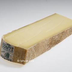 Een Franse Gruyère waarvan de wrongel (de massa van net samengeklonterde eiwitten uit de melk die het eerste stadium van de kaas vormen) wordt naverwarmd. Comté is zoeter dan het Zwitserse zusje. De toevoeging Alpage staat garant voor een kaas gemaakt van melk van koeien die in de bergen grazen