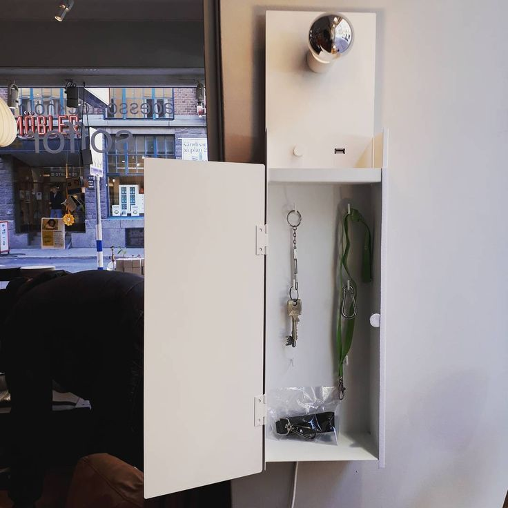 """27 gilla-markeringar, 1 kommentarer - adesso stockholm (@adessostockholm) på Instagram: """"Combo väggskåp! Kombinerar förvaring av nycklar med USB laddare för din mobil etc.. Samt belysning…"""""""
