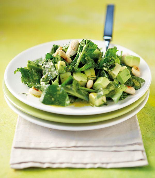 Μια καταπράσινη σαλάτα με βάση το σπανάκι, που συνδυάζουμε με ώριμο αβοκάντο, μπόλικο άνηθο και ασπρισμένα αμύγδαλα. Δείτε σε αυτό το βίντεο πώς καθαρίζουμε εύκολα το αβοκάντο.