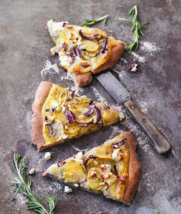 KARTOFFELPIZZA - Knollen-Power aus dem Ofen! In diesem Pizza-Rezept steckt die Kartoffel in Teig, Creme und Belag. Mit Rosmarin und Feta kombiniert, sorgt sie für ein unverwechselbares Geschmackserlebnis. Wir möchten noch ein Stück!