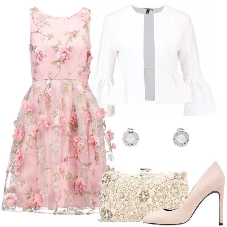 Un look composto da un vestito rosa bellissimo, un blazer bianco con maniche a campana, e un paio di tacchi color nudo, è perfetto per una invitata ad un matrimonio.