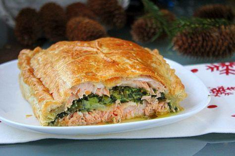Пирог с лососем и шпинатом из слоеного теста