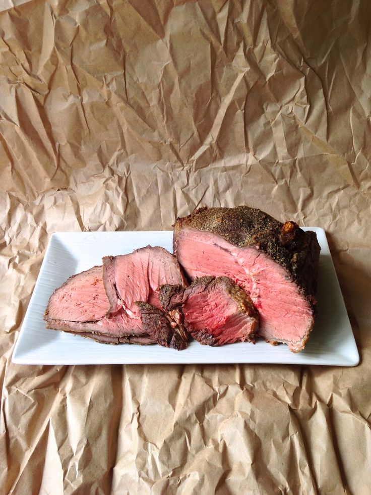 Easy recipe for top round roast using nothing but salt, pepper and garlic powder.  Worthy Pause | a lifestyle and paleo food blog : Perfect Roast Beef