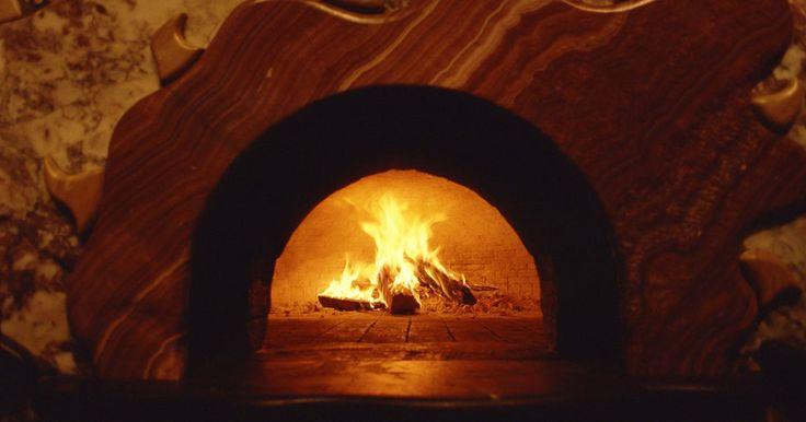 Como usar um forno de pizza a lenha. A origem da pizza vai ser sempre motivo de acalorados debates, mas a dos fornos de pizza é relativamente clara. No início, a pizza era preparada em fornos a lenha. Mesmo que as pizzarias mais modernas usem fornos elétricos ou a gás, alguns estabelecimentos ainda têm instalados fornos a lenha para recriar o sabor defumado e crocante nas massas. ...