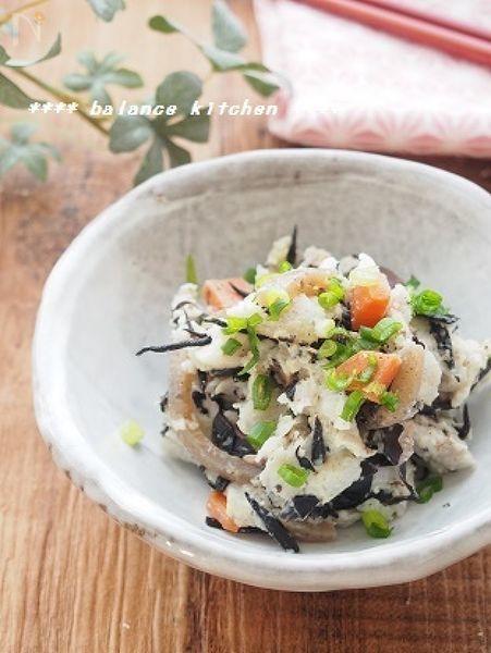 ひじきの煮物をリメイクしたヘルシーなポテサラ。食物繊維・カリウムたっぷりで、便秘解消やむくみ解消に。  里芋は、じゃがいもより低カロリーなので、ダイエットにも。