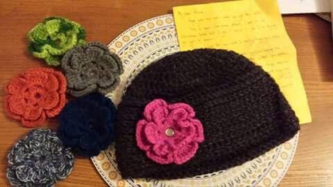Gorro  crochet con flores intercambiables