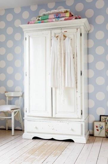 Mooie witte brocante linnenkast: komt mooi uit tegen dit vrolijke behang! Kijk voor vergelijkbare linnenkasten en oude stoelen op www.old-basics.nl (uitgebreide webwinkel en grote loods van 750 m2)