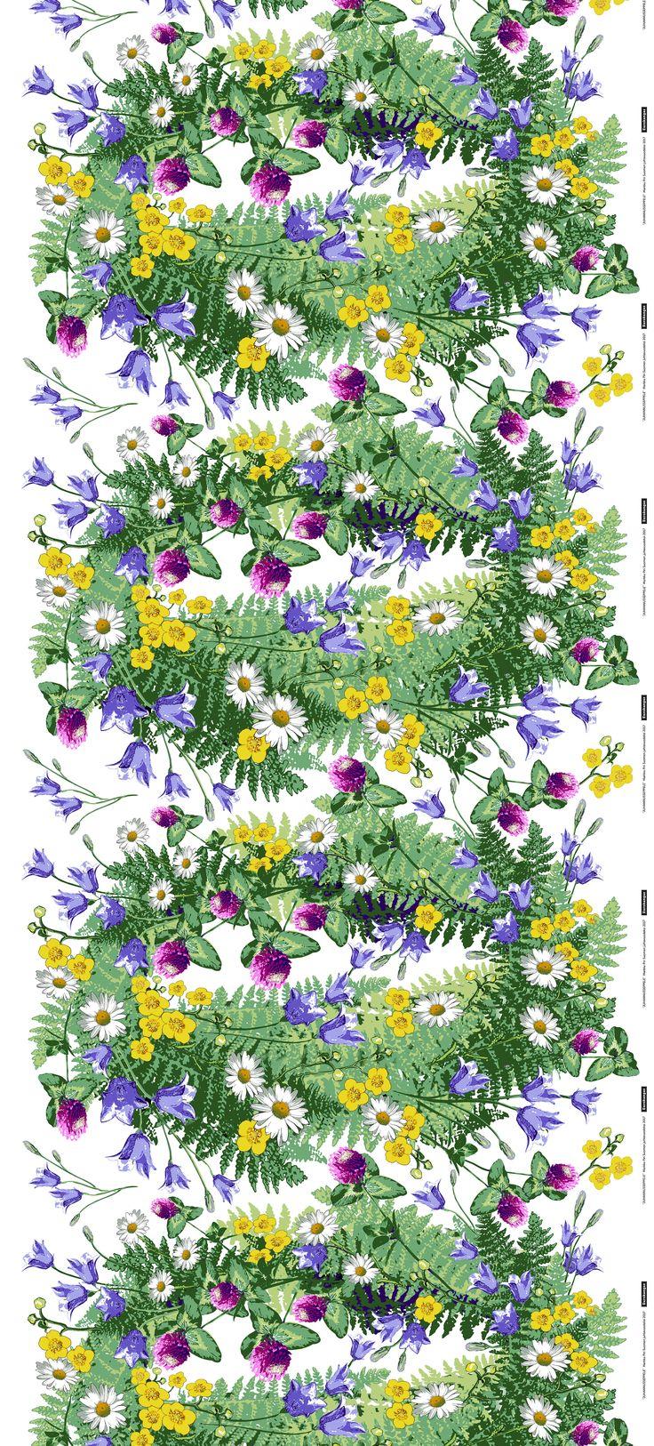 """""""Yöttömien öitten juhla ja niittyjen kauneimmat kukat! Kissankellot, puna-apilat, päivänkakkarat ja leinikit kietoutuvat vehreisiin saniaisiin kevyesti tanssivaksi Juhannusseppeleeksi."""" Markku Piri   Kuosi: Juhannusseppele   Eurokangas"""