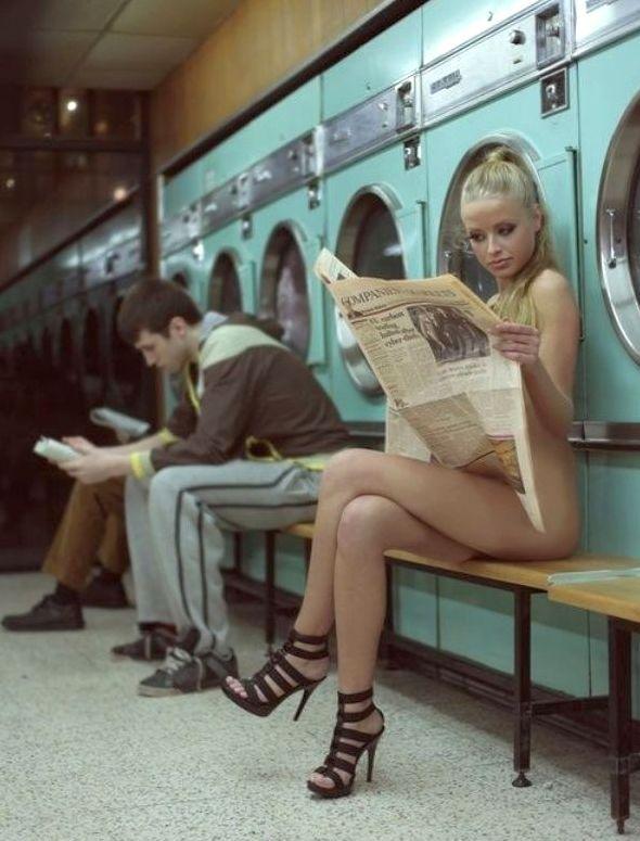 nude-women-in-laundromat
