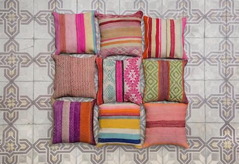 almohadones_decorativos_sillon_rectangular_hechos_a_mano_tejido_telar_lana_colorido_flecos_artesanal_we_knit_color_we_need_color_wkc_