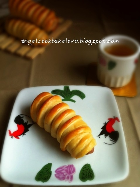 "Cook.Bake.Love: 直接法面包也可以很松软之""毛毛虫香肠卷""Super Soft Straight Dough Bun: Caterpillar Hotdog Roll"