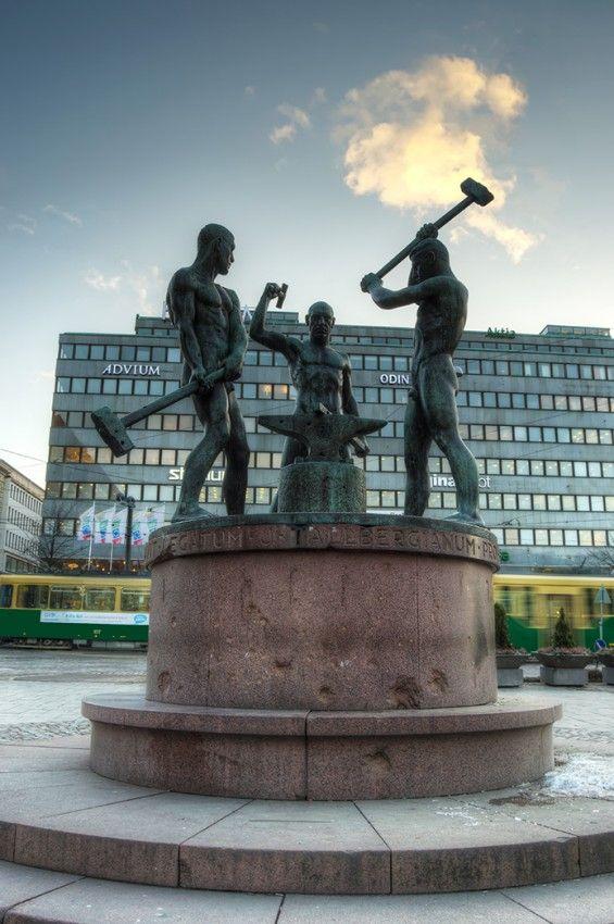Kolmen Sepän Patsas 1932,  Felix Nylund The statue of three blacksmiths, Helsinki. Photo J.Hämäläinen